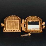 Pocket Mirror Cedar Cones, fig. 1
